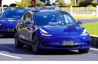 特斯拉上海厂下线首辆电动车 首辆车身为蓝色涂装