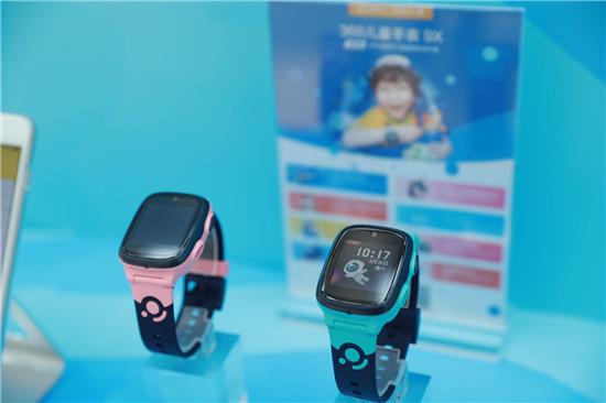 爽玩一夏!360儿童电话手表20米游泳级防水体验馆开业